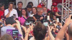 Brasile, Lula scarcerato: i sostenitori lo aspettano fuori dalla prigione