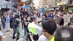 Hong Kong: il momento in cui il poliziotto spara al manifestante