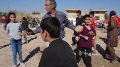Siria, convoglio militare turco preso a sassate