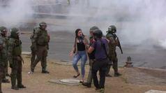Cile, scontri nella capitale: polizia usa gas lacrimogeni contro i manifestanti