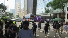 Hong Kong, manifestanti bloccano strade e treni