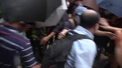 Hong Kong, passante picchiato dai manifestanti