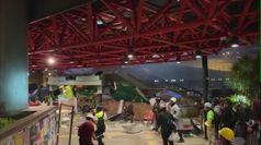Hong Kong, manifestanti incendiano ponte che porta all'Universita'