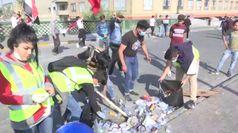 Iraq, giovani volontari puliscono le strade di Baghdad dopo le proteste