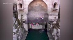 India, spettacolare tuffo nel pozzo: la nuova impresa di Orlando Duque