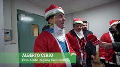 Al megaraduno di Babbi Natale, il governatore Cirio scala l'ospedale