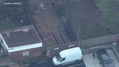 Orso padrone del quartiere: un drone riprende passeggiata tra le case