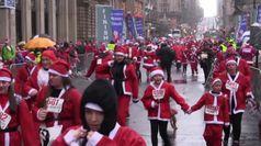 Glasgow, la corsa benefica di migliaia di Babbo Natale
