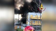 A fuoco fabbrica nel pescarese, fumo e ingenti danni