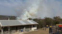 Australia, i pompieri proteggono la casa dalle fiamme