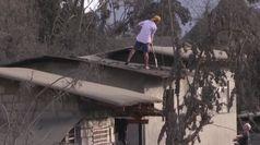 Eruzione vulcano Taal, case e strade coperte dalla cenere
