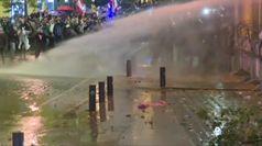 Libano, gas lacrimogeno e cannoni ad acqua a Beirut