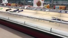 Assalto supermercati, niente allarme cibo, rincari su web
