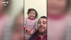 Siria, parla il papa' che fa ridere la figlia durante i bombardamenti