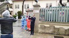 Coronavirus, a Cagliari l'omaggio della Polizia per i medici