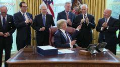 Coronavirus, Trump firma il piano da 2mila miliardi per l'economia