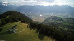 'Oltre la crisi', la gigantesca opera dell'artista Saype sulle Alpi svizzere