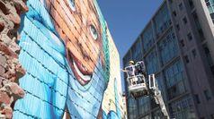 Coronavirus, a Milano un murale in onore di medici e infermieri