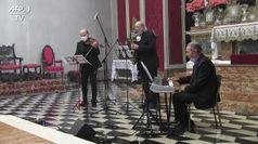 Coronavirus, musicisti suonano durante la messa a Nembro per le vittime