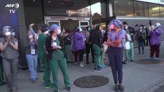 Coronavirus, l'applauso dei pompieri di New York agli operatori sanitari