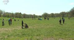 Coronavirus, New York: numerosi residenti in un parco di Brooklyn