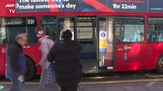 Coronavirus, nei bus di Londra si sale solo dalla porta centrale