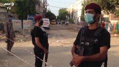 Pakistan, gli agenti bloccano l'accesso nel luogo dell'incidente aereo