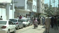 Pakistan, folla accompagna il feretro di una vittima dello schianto
