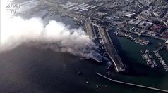 Incendio a San Francisco, l'alta colonna di fumo al molo Fisherman's Wharf