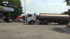 Venezuela, arriva il petrolio dall'Iran: macchine in coda per la benzina