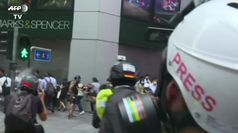 Hong Kong, la polizia spara proiettili al peperoncino sui manifestanti