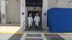 Gli astronauti salutano le famiglie prima del lancio (poi rinviato)