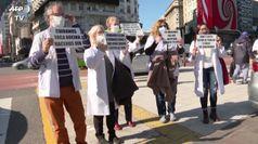 Coronavirus, la protesta dei medici di Buenos Aires in strada
