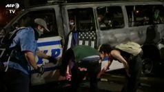 George Floyd, manifestanti bruciano a New York auto della polizia