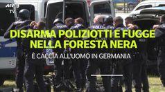 Disarma poliziotti e fugge nella Foresta nera