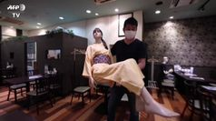 Coronavirus, manichini usati come distanziatori sociali in un ristorante di Tokyo