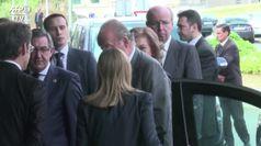 Il re emerito Juan Carlos travolto dai guai lascia la Spagna