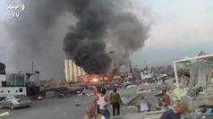 Esplosione Beirut, si lavora per spegnere le fiamme