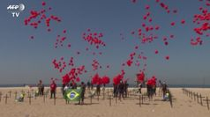 Brasile, migliaia di palloncini rossi in cielo per le vittime del Covid