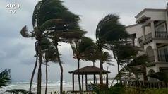 L'uragano Zeta si abbatte su Playa del Carmen in Messico