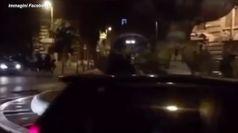 Entra con lo scooter nella fontana delle Rane a Roma, Raggi: