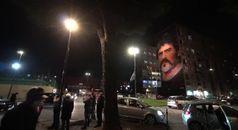 Si accendono i lumini sotto al murale di Maradona a San Giovanni a Teduccio