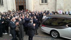 Funerali Rossi, lunghi applausi all'uscita dal Duomo di Vicenza