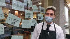 Milano, cartelli ironici ricoprono la vetrina del bar di fronte alla Regione per protesta