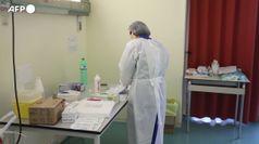 Vaccini, l'ira delle Regioni per i tagli. Arcuri aspetta AstraZeneca