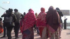 India, in migliaia al pellegrinaggio sul fiume Gange nonostante il Covid