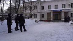 Navalny, manifestanti fuori dalla stazione di polizia durante il processo