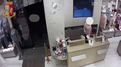 Le commesse fermano il rapinatore armato di coltello in centro a Milano, una resta ferita