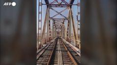 Diplomatici russi via dalla Corea del Nord su un carrello ferroviario