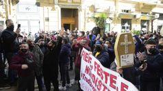 Covid, mercatali di nuovo in piazza a Napoli: corteo e blocchi stradali